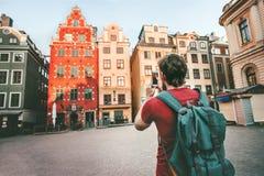 För sightStockholm för man turist- Gamla Stan stad gränsmärken royaltyfri fotografi