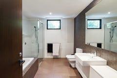 För signalfamilj för samtida brunt naturligt badrum royaltyfri bild