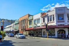 För sikt en Hastings ner gata, Napier, Nya Zeeland som visar många historiska byggnader arkivbilder