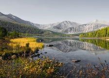 För siktsberg för natur stillsamt begrepp för sceniskt landskap royaltyfri fotografi
