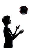 för silhouettefotboll för fotboll en kasta för tonåring Arkivfoto