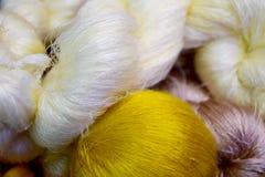 För silketråd för vit gul bakgrund för abstrakt begrepp för rulle Royaltyfria Foton