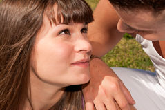 För sittingförälskelse för unga par lyckligt förhållande Arkivbilder