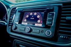 För skärmnavigering för multimedia stor enhet med pekskärmen inom den klassiska moderna tyska europeiska kupébilen Arkivbild