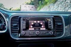 För skärmnavigering för multimedia stor enhet med pekskärmen inom den klassiska moderna tyska europeiska kupébilen Royaltyfria Bilder