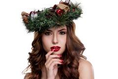 För skönhetflicka för jul som eller för nytt år stående isoleras på vit bakgrund Härlig kvinna med lyxig makeup- och julkransnoll Fotografering för Bildbyråer