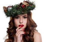 För skönhetflicka för jul som eller för nytt år stående isoleras på vit bakgrund Härlig kvinna med lyxig makeup- och julkransnoll Royaltyfri Foto