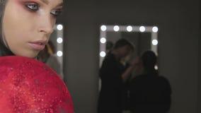 För skönhetmodell för högt mode flicka med svart smink och långa lushes arkivfilmer