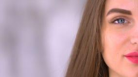 För skönhetstående för ung kvinna slut upp den halva framsidateckenserien som isoleras på ren vit bakgrund Ett ungt blont haired lager videofilmer