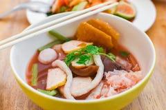 För skaldjurlägenhet för Closeup rosa yen ta fo för nudlar Arkivbilder
