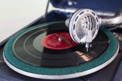 För skivspelaregrammofon för tappning gammal visare på rekord Royaltyfri Foto