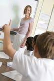 för skolalärare för grupp yngre teaching arkivbilder