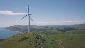 För skottvind för antenn avslöjande generatorer för turbin 4k stock video
