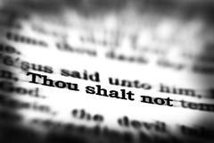 För Skriftencitationstecken för ny testament Thou Shalt inte Arkivbild