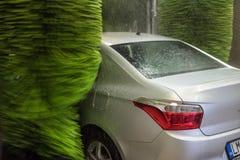 för slangmaskin för bil clean wash för svamp Rengörande högtrycks- vattenbilar och skum i tvagningstationen arkivbilder