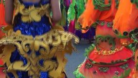 För slut baksidabild upp av folk och kulturella dansare i kokosnötdräktdans längs gatorna som firar skyddshelgonet