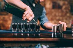 För slut detaljer upp av bartenderportionalkoholdrycker på partiet royaltyfri fotografi