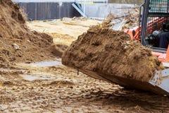 För slut detaljer upp av den industriella grävskopan som arbetar på konstruktionsplats royaltyfria foton