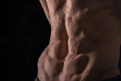 För slut perfekt abs upp Sexig muskulös manlig torso sex packar Royaltyfria Foton