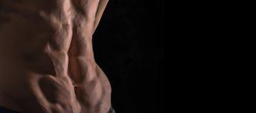 För slut perfekt abs upp Sexig muskulös manlig torso sex packar Arkivfoto