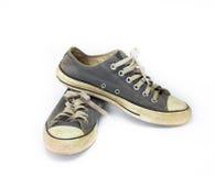 För slut smutsig sko upp på vit bakgrund för isolat, övre sko för slut, smutsiga blåttskor på den vita bakgrunden, kanfasblåttsko Royaltyfri Bild