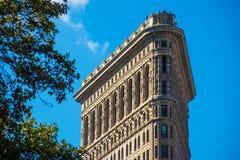 För slut som lägenhetjärn upp bygger New York Manhattan sten och stål s royaltyfria bilder