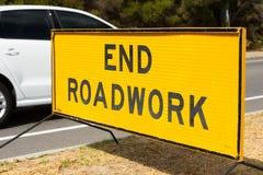 För slutRoadwork för slut utomhus- övre tecken för trafik Arkivbilder