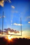 För slutzon för amerikansk fotboll stolpe för mål på solnedgången Arkivfoton