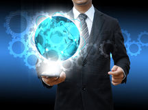 För smartphonevärld för affärsman socialt massmedia för hållande teknologi och Arkivfoton
