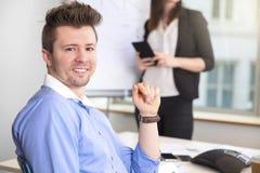 För Smiling While Colleague för säker affärsman Com hållande minnestavla Fotografering för Bildbyråer