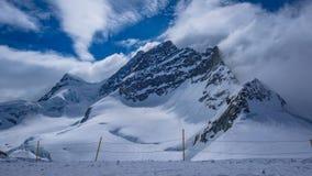 För snöberg för hög höjd brant landskap royaltyfri fotografi