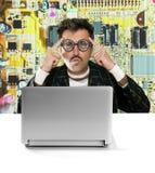 för snilleman för elektronisk tekniker tänka för tech för nerd arkivfoton