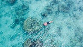 För snorkelman för semester som turist- simning snorklar i klart vatten för paradis Badpojkesnorkeler i kristalliskt vatten och k arkivbild