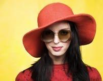 för solglasögontappning för hatt röd kvinna Royaltyfri Bild