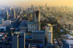 För solnedgång över areal sikt för Bangkok stad i city Thailand Arkivfoton