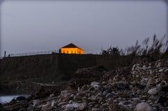 Hus nära sjösidan arkivbild