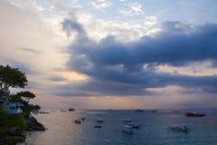 För solnedgång Lembongan ö Arkivfoto