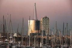 För solnedgången - havsport i Barcelona Arkivfoto