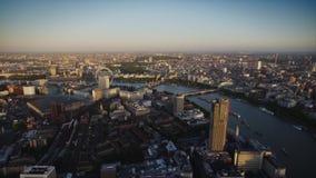 För solnedgånghorisont för surr flyg- panorama av London i stadens centrum stads- arkitektur på flodThemsen lager videofilmer