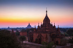 För soluppgång över tempel av Bagan Royaltyfria Foton