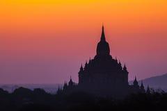 För soluppgång över tempel av Bagan Arkivbild