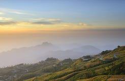 För soluppgång bak berg Arkivfoto