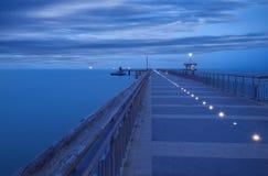 För soluppgång i den Burgas fjärden Bro i Burgas, Bulgarien Lång exponering, blå timme Kay port Arkivbilder