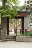För sommarslott för Peking arbeta i trädgården den asiatiska kinesiska gamla kungliga personen, den forntida byggnadsporten Royaltyfri Fotografi