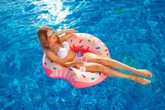 för sommarterritorium för katya krasnodar semester Kvinna i bikini på den uppblåsbara munkmadrassen i SPA simbassängen Loppet til royaltyfri fotografi