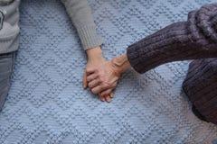 För sondotter` s för farmor hållande hand Selektivt fokusera Fotografering för Bildbyråer