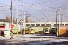 för spårvagnspårvagnar för bussgarage främre sikt royaltyfri foto