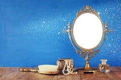 För spegel- och kvinnatoalett för gammal tappning ovala objekt för mode Arkivbilder