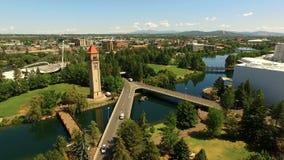För Spokane i stadens centrum Riverwalk för flyg- sikt torn för klocka väg korsning stock video