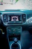 För sportbil för mellersta sikt inre cockpit, pekskärmnavigeringenhet, luftlufthål, instrumentbrädastyrning Arkivfoton